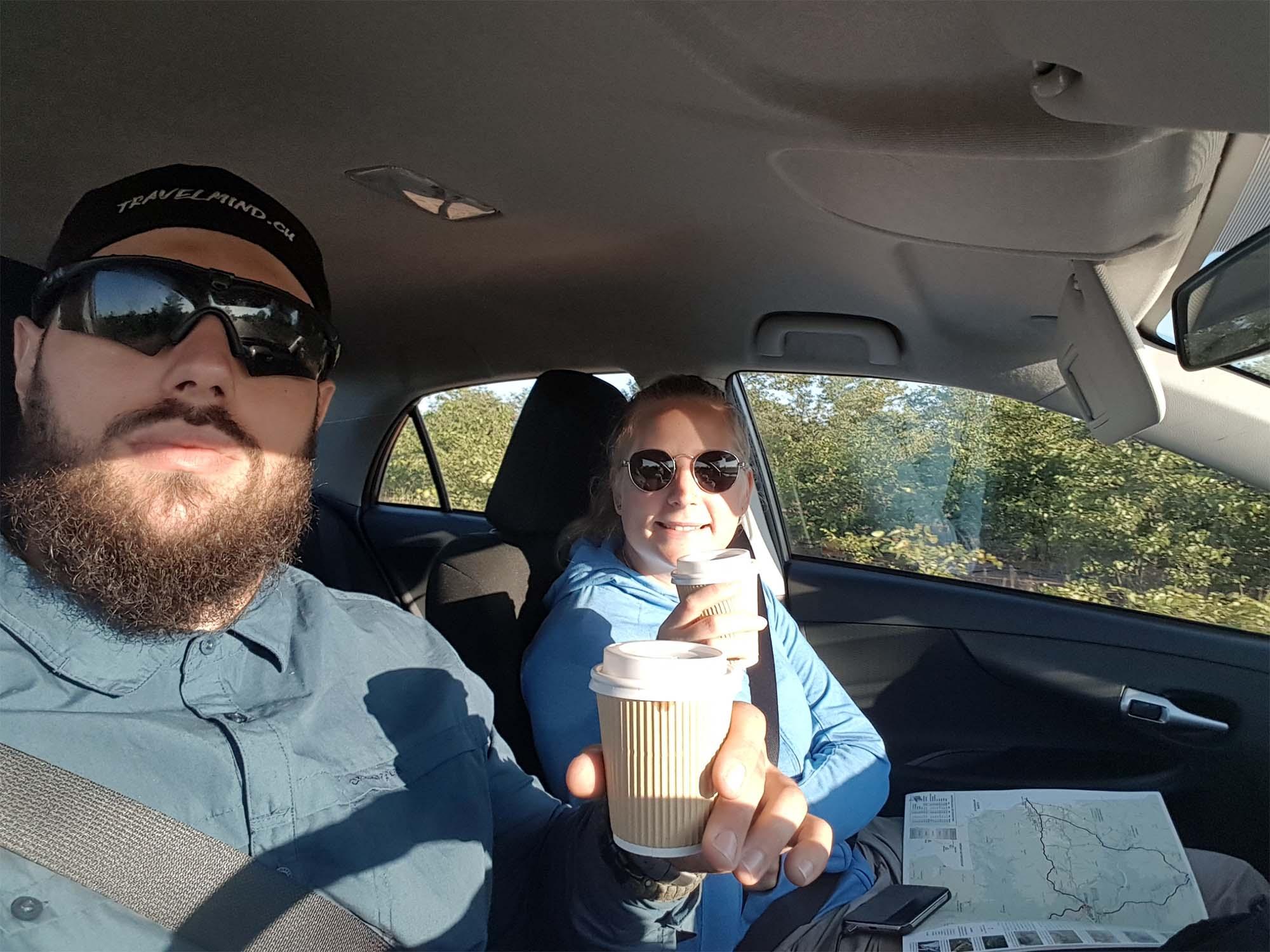mit Kaffee auf Safari